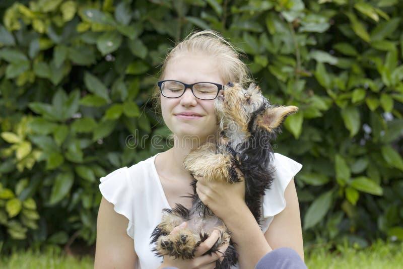 Jong Meisje en Haar Hond stock afbeeldingen