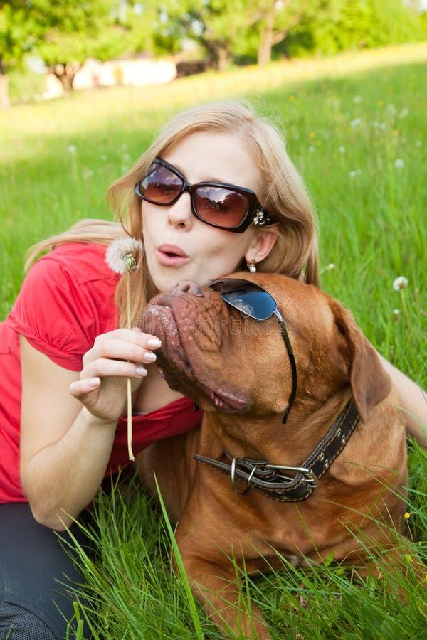 Jong meisje en haar hond stock afbeelding