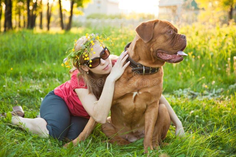 Jong meisje en haar hond stock fotografie