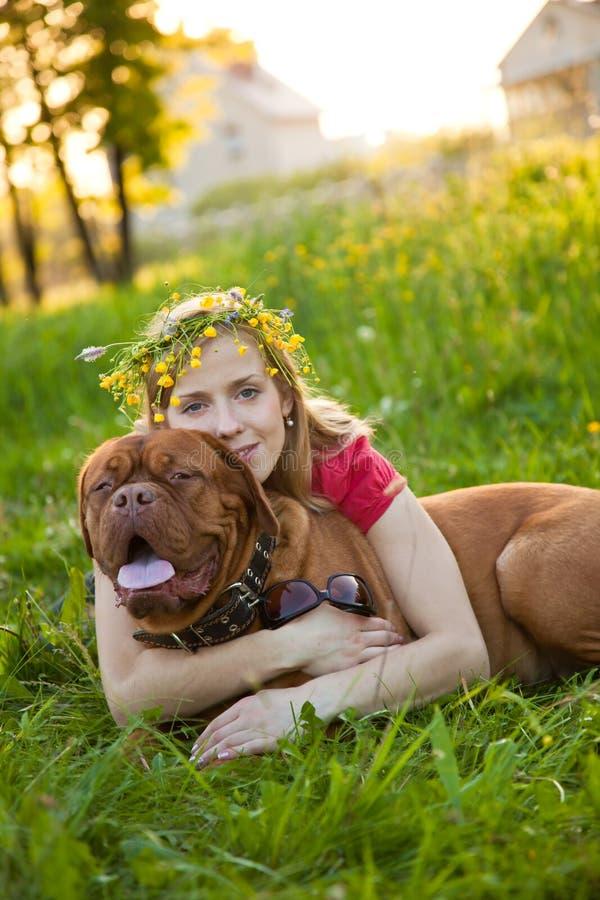 Jong meisje en haar hond royalty-vrije stock afbeeldingen