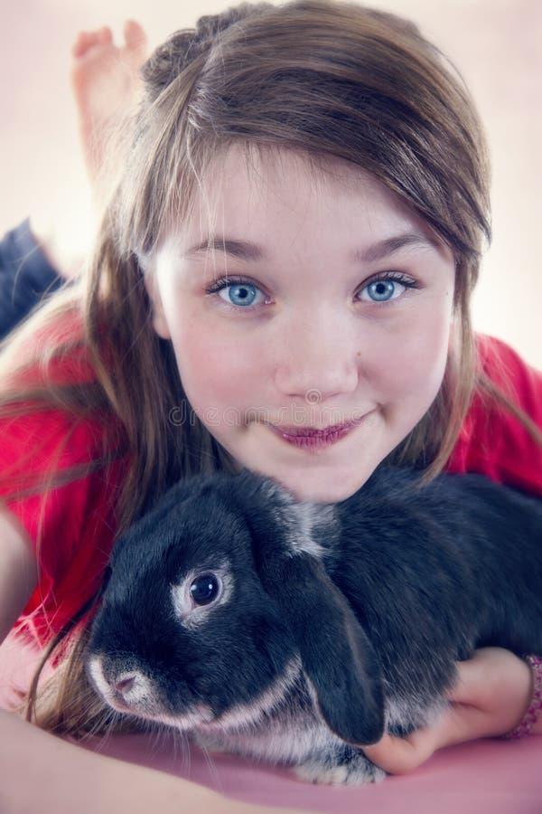 Jong meisje en haar konijn van het huisdierenkonijntje stock afbeeldingen