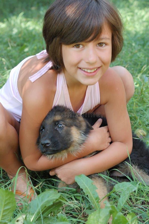 Jong meisje en puppy royalty-vrije stock foto