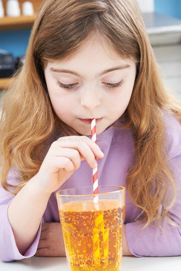 Jong Meisje het Drinken Glas Soda door Stro stock foto