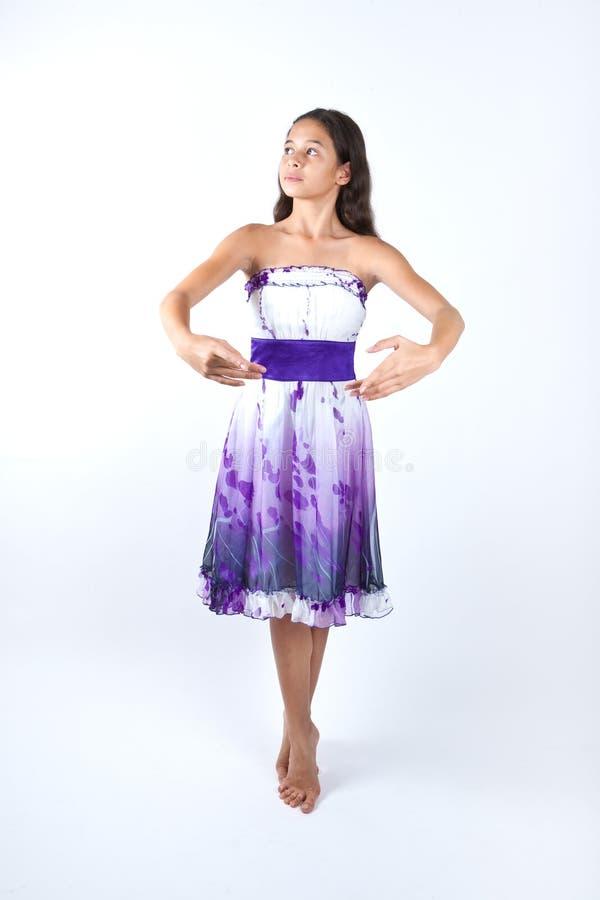 Jong meisje het praktizeren ballet stock foto