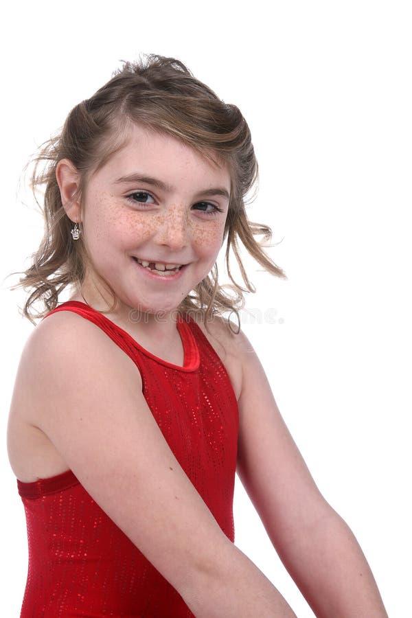 Jong meisje in het rode maillot glimlachen stock foto's