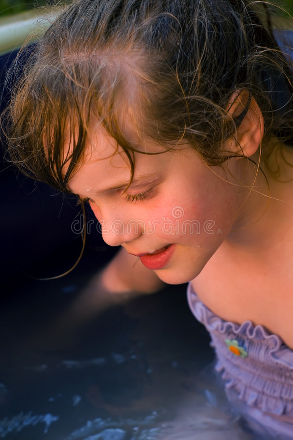 Jong meisje in het water stock foto's