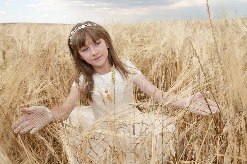 Jong meisje in kerkgemeenschapkleding stock afbeelding