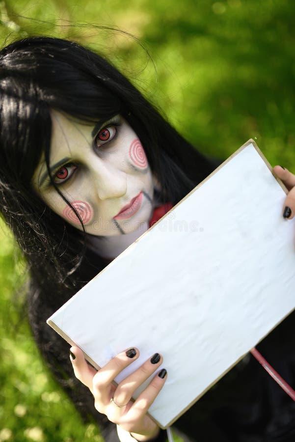 Jong meisje in kostuum van pop Billy met cosplay platen stock afbeelding
