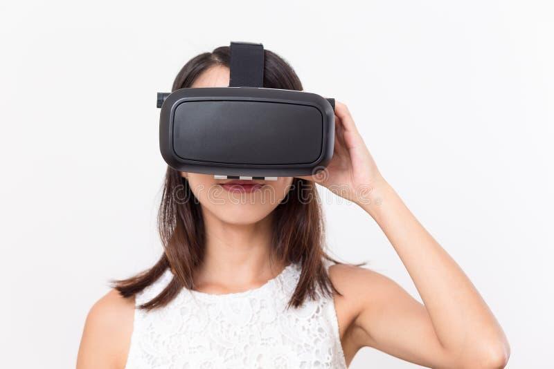 Jong meisje lookinh met VR-apparaat royalty-vrije stock afbeeldingen