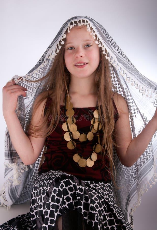 Jong meisje met Arabische sjaal royalty-vrije stock afbeeldingen