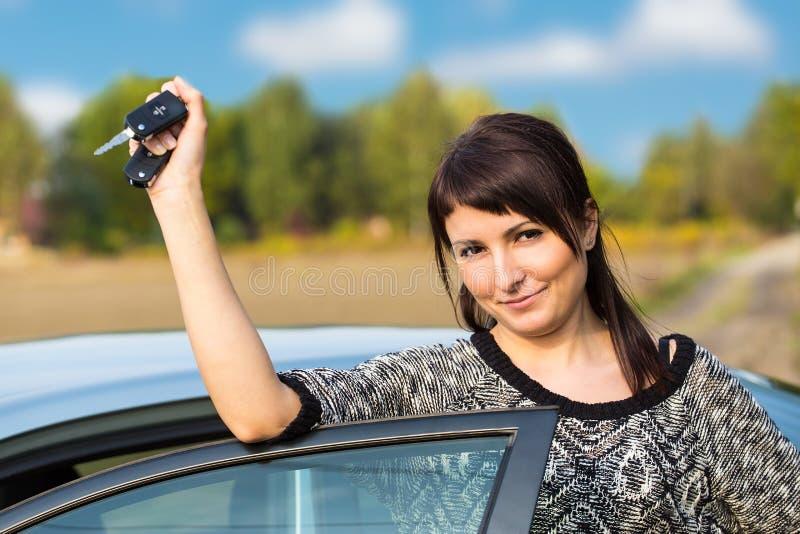 Jong meisje met autosleutel ter beschikking royalty-vrije stock afbeeldingen