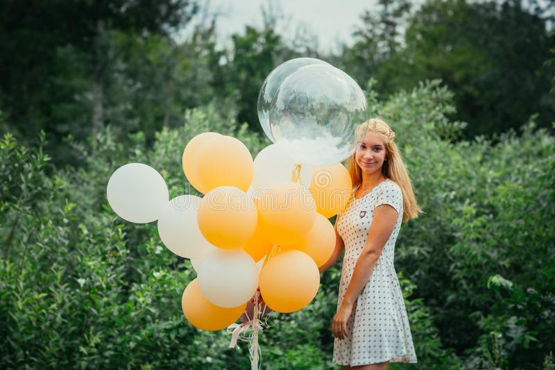 Jong meisje met ballons op aardachtergrond stock foto's