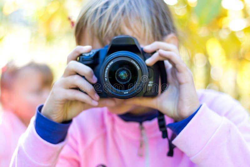 Jong meisje met camera in haar hands_ royalty-vrije stock foto's