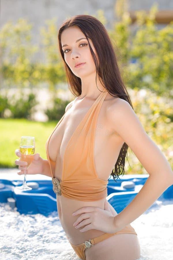 Jong meisje met champagneglas stock foto's