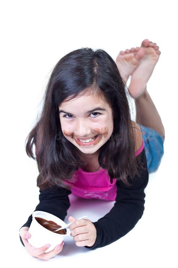 Jong meisje met chocolade stock afbeeldingen