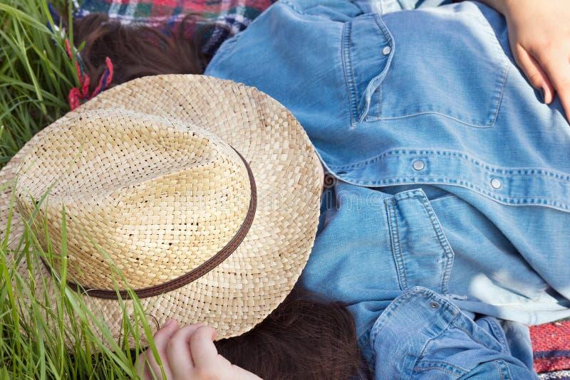 Jong meisje met de slaap van de zonhoed royalty-vrije stock fotografie