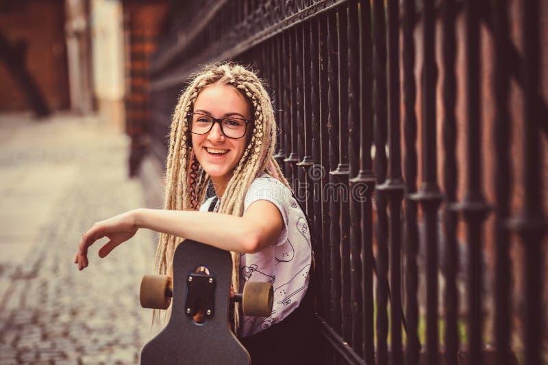 Jong meisje met dreadlocks stock afbeelding