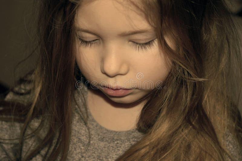 Jong meisje met droevige blik op gezicht royalty-vrije stock afbeeldingen