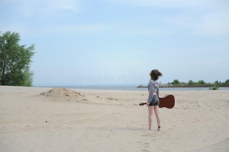 Jong meisje met een gitaar stock foto's