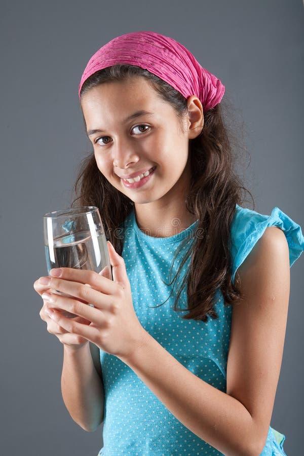Jong meisje met een glas water royalty-vrije stock afbeelding