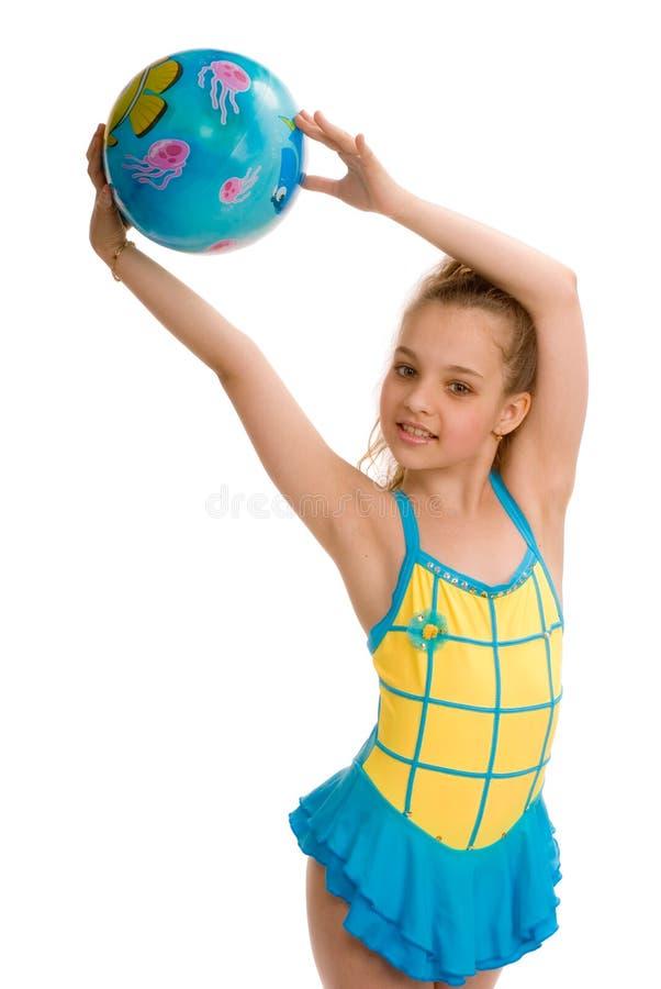 Jong meisje met een gymnastiek- bal stock fotografie