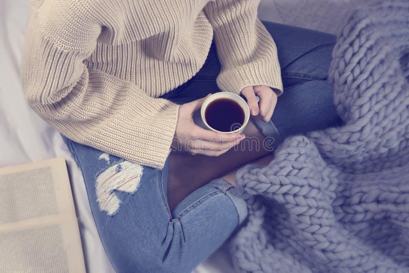 Jong meisje met een kop van koffie stock foto's