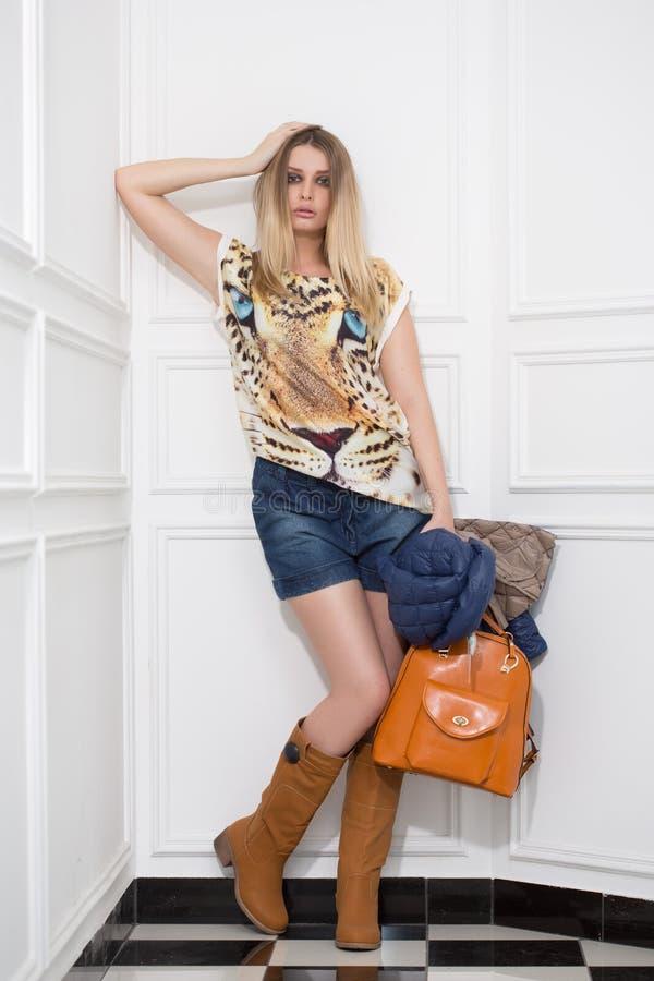 Jong meisje met een zak royalty-vrije stock afbeeldingen