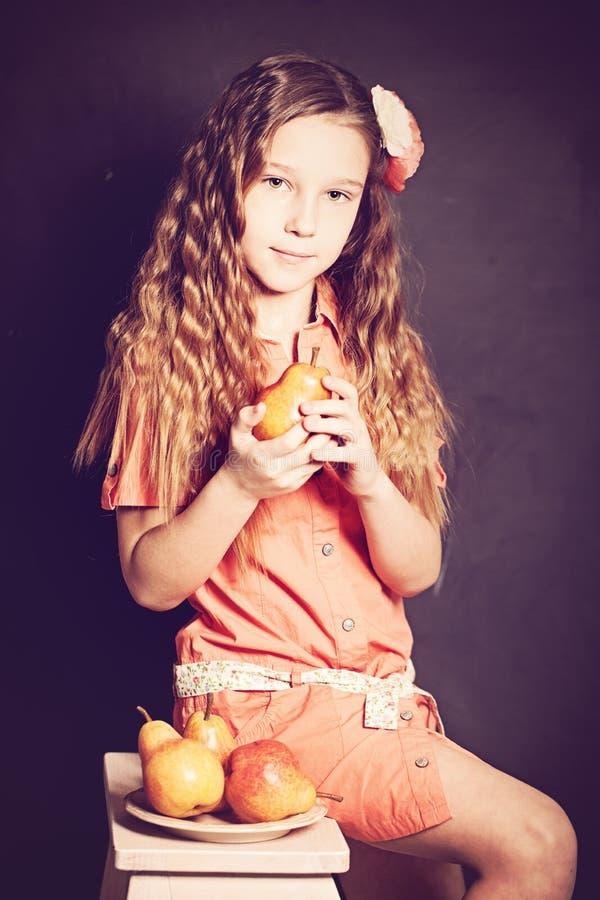 Jong meisje met fruit royalty-vrije stock foto