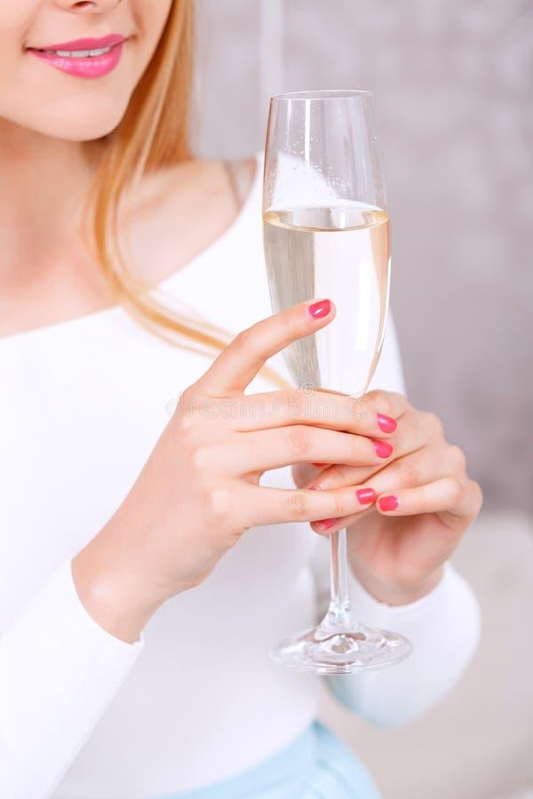 Jong meisje met glas champagne stock fotografie