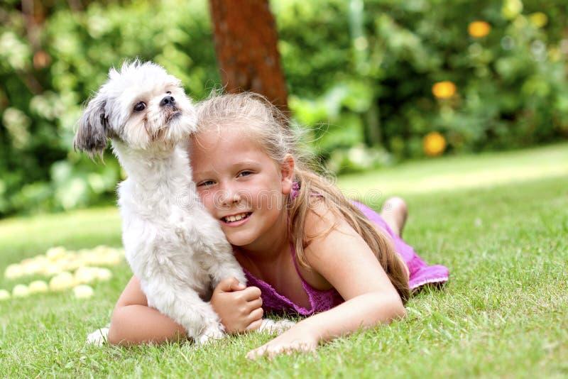 Jong meisje met haar hond stock foto