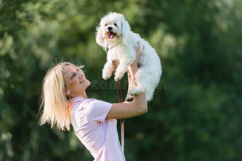 Jong meisje met haar hond royalty-vrije stock foto