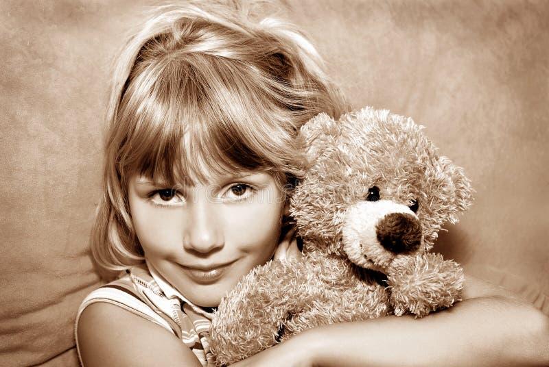 Jong meisje met haar teddybeer stock foto's