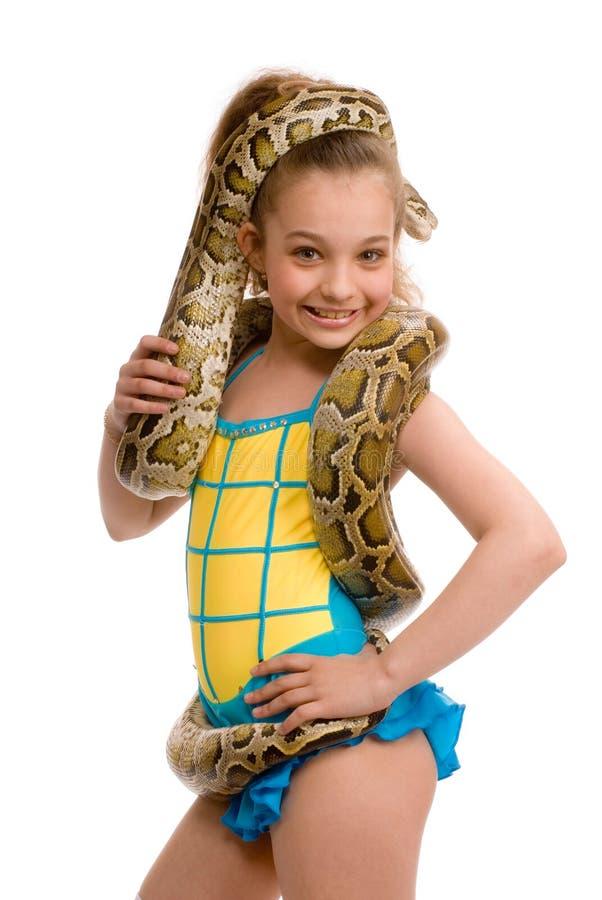 Jong meisje met huisdierenpython stock foto's