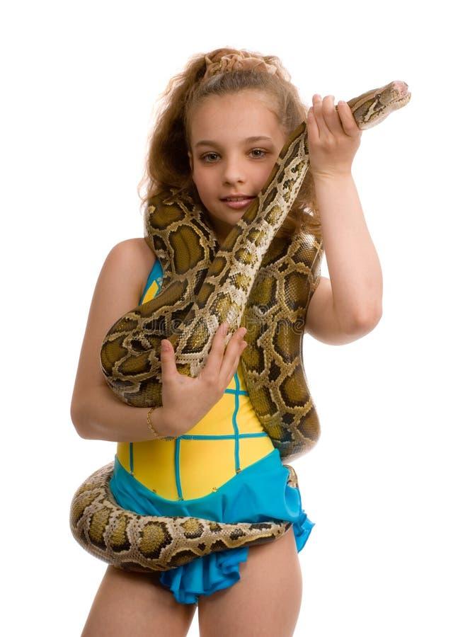 Jong meisje met huisdierenslang stock afbeelding