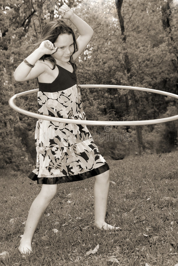 Jong meisje met hulahoepel stock fotografie