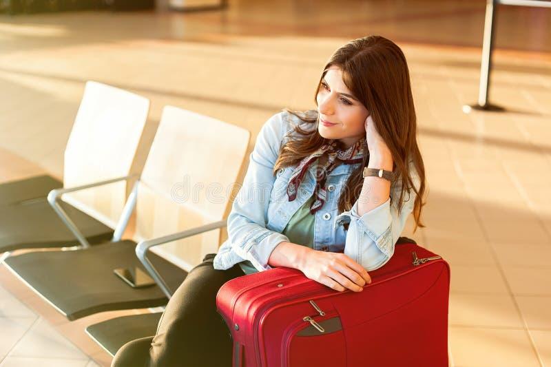Jong meisje met karretjezak in luchthaven stock foto's