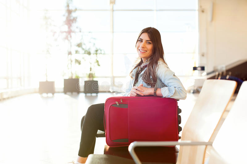 Jong meisje met karretjezak in luchthaven stock foto