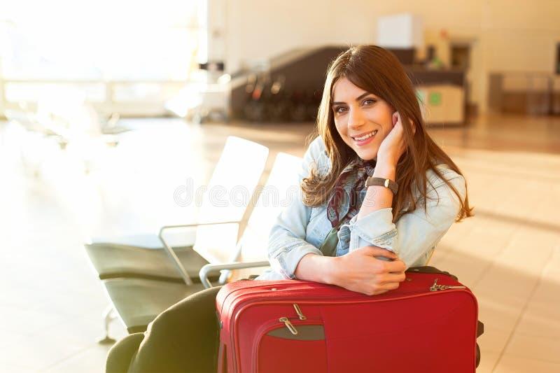 Jong meisje met karretjezak in luchthaven stock afbeelding