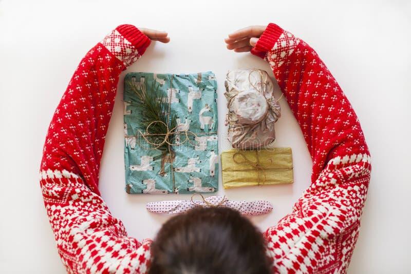 Jong meisje met Kerstmissweater royalty-vrije stock afbeelding