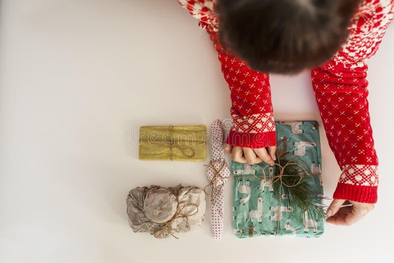 Jong meisje met Kerstmissweater stock foto's