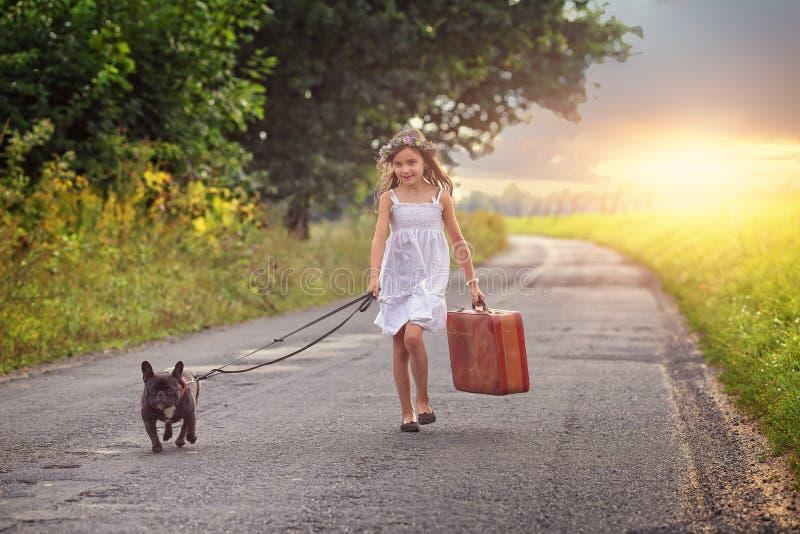 Jong meisje met koffer stock foto