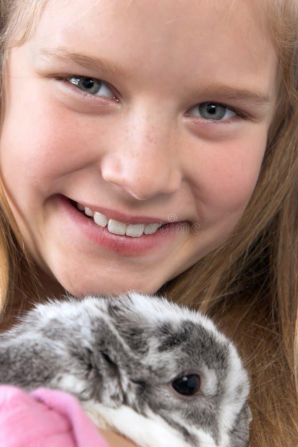 Jong meisje met konijn stock foto's