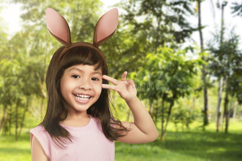 Jong meisje met konijntjesoren stock foto