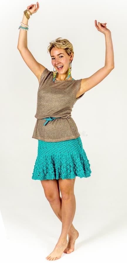 Jong meisje met kort haar in een de zomerkleding royalty-vrije stock afbeelding