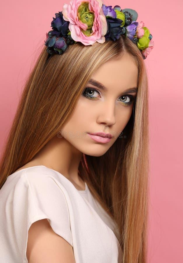 Jong meisje met lang blond haar met de hoofdband van de elegante bloem royalty-vrije stock foto