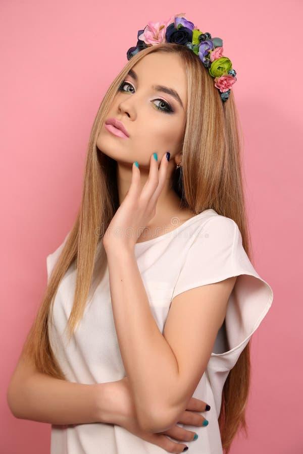 Jong meisje met lang blond haar met de hoofdband van de elegante bloem royalty-vrije stock foto's