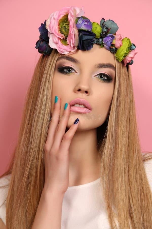 Jong meisje met lang blond haar met de hoofdband van de elegante bloem royalty-vrije stock fotografie