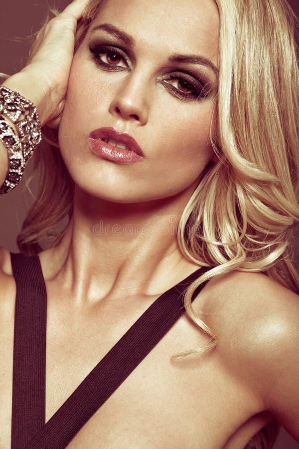 Jong meisje met lang krullend blond haar. royalty-vrije stock afbeeldingen