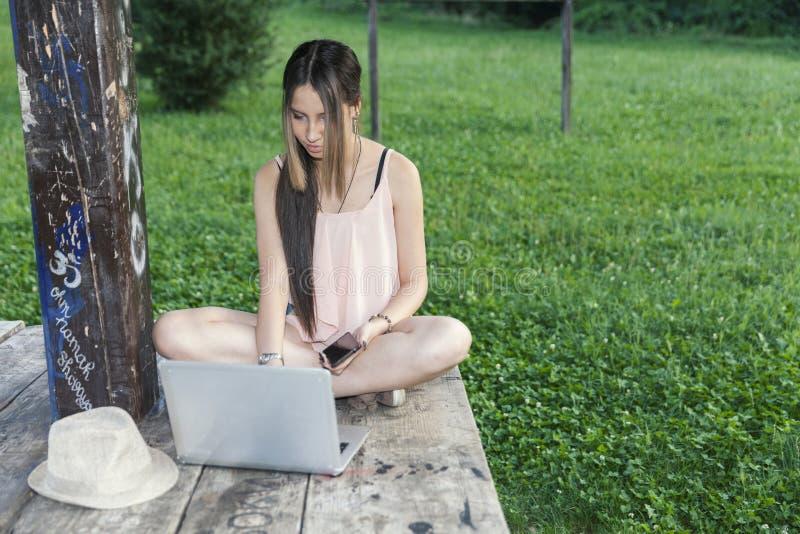 jong meisje met laptop stock foto