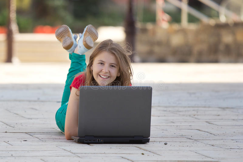 Jong meisje met notitieboekje het glimlachen royalty-vrije stock fotografie
